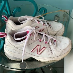 NEW BALANCE white with pink trim sneakers! 🏃♀️